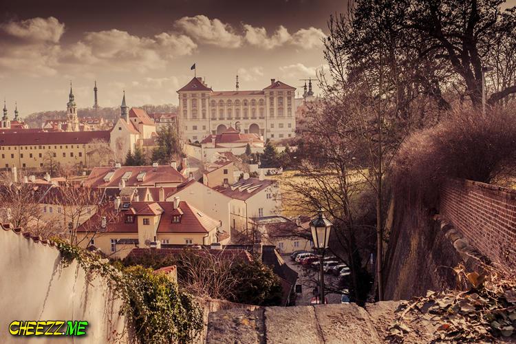 Президенский дворец и красные крыши в Праге