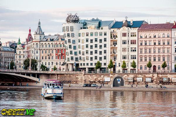 Танцующий пьяный дом в Праге