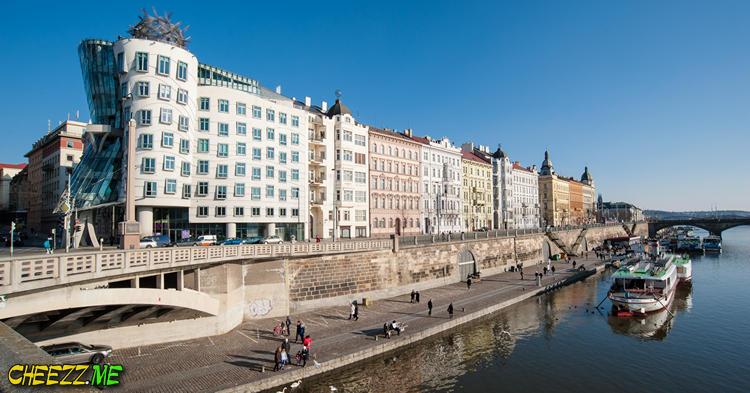 Танцующий дом в Праге летом