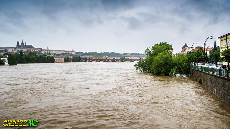 Наводнение в Праге Карлов Мост 3 июня 2013