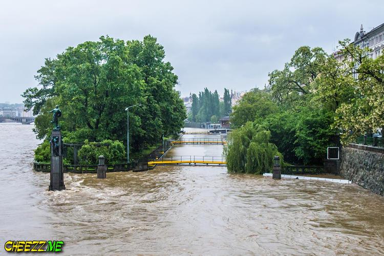 В Праге затоплены шлюзы